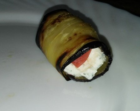 1. Stage. Put about 1 tsp on the end of the eggplant. curd filling and one slice of tomato, roll with a roll.