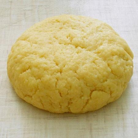 1. Этап. Добавьте натертый сыр на мелкой терке и замесите тесто.