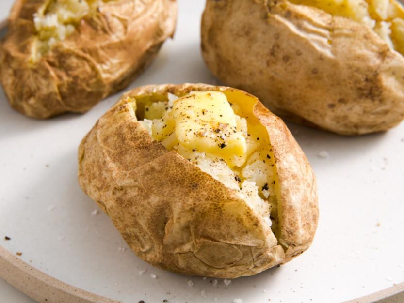 1. Этап. Картофель разрезать пополам, избегая пара. Приправить солью и перцем и перед подачей на стол добавить по желанию сливочное масло.
