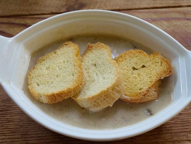 1. Этап. В форму для запекания влейте немного супа, сверху положите кусочки багета.