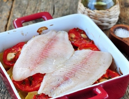 1. Этап. Затем выложите на овощи филе рыбы уже посоленную и перченную. Запекайте еще 20 минут.
