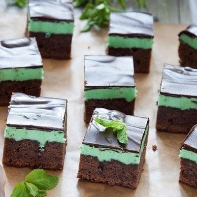 1. Этап. Аккуратно достаньте пирог с формы и нарежьте на кусочки.
