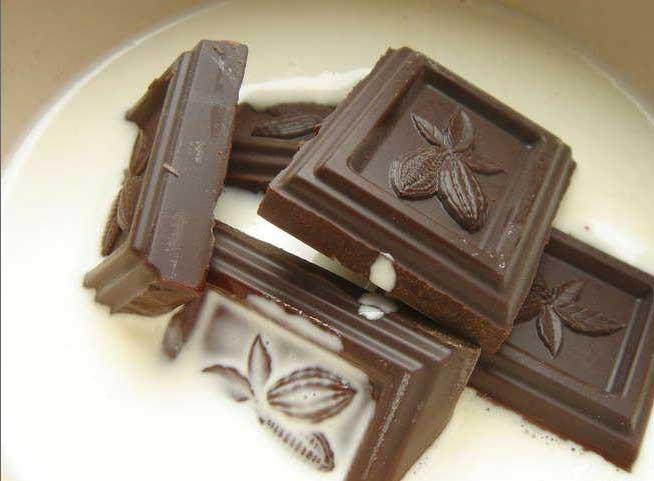 1. Stage. Warm milk with sugar, add broken chocolate, stir until it is completely dissolved.