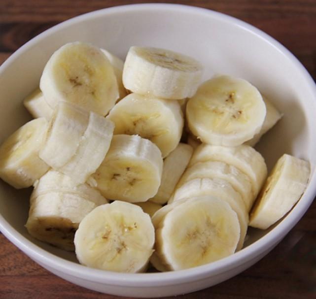 1. Етап. Наріжте банан на шматочки діаметром 4 см. Вистеліть невелике деко пергаментним папером. Крекери розітріть в крихту.