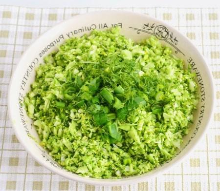 1. Этап. Переложите брокколи в миску и добавьте нарезанный мелко зеленый лук и петрушку. Петрушку можно заменить укропом или добавить пополам.