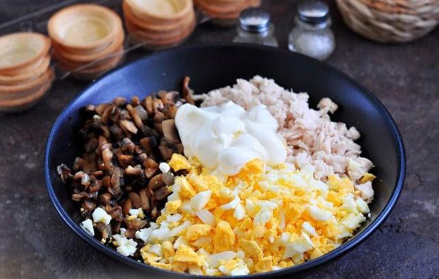 1. Этап. Все ингредиенты соедините, посолите и поперчите по вкусу, добавьте майонез и хорошо перемешайте.