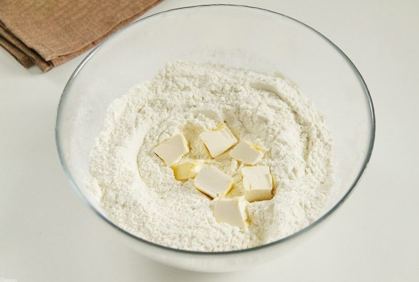 1. Stage. Mix flour with baking powder and sugar, add soft butter and grind everything into crumbs.