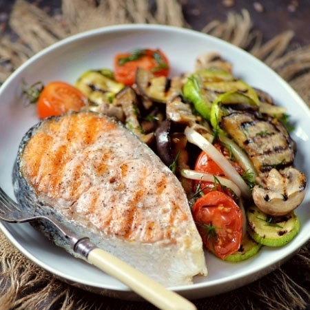 1. Stage. Serve salmon with vegetables.