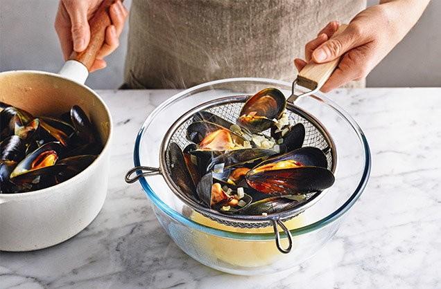 1. Этап. Положите мидии на дуршлаг над миской, чтобы получить жидкость для соуса. Отбросьте любые мидии, которые не открылись. Накройте крышкой, пока вы готовите соус.