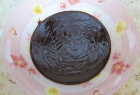 1. Этап. Приготовить глазурь: оставшийся шоколад растопить на водяной бане, влить 100 мл сливок и еще немного прогреть. Снять с огня, влить оставшиеся сливки, перемешать.