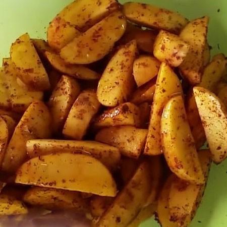 1. Этап. Картофель очистите, нарежьте дольками, хорошо промойте и обсушите. Добавьте специи и соль по вкусу, хорошо перемешайте, затем добавьте растительное масло и снова перемешайте.