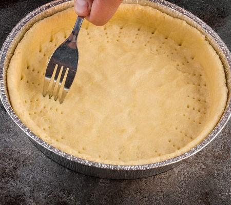1. Этап. Тесто раскатайте и выложите в форму застеленную пергаментом и смазанную маслом, сделайте бортики, проколите тесто вилкой что бы не было пузырей во время выпекания. Поставьте форму с тестом в холодильник.
