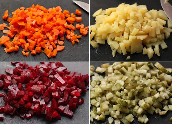 1. Этап. Нарежьте кубиками картофель, морковь, огурцы и свеклу.