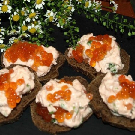 1. Stage. Add red caviar at the end, gently mix and serve spreading on pieces of bread.