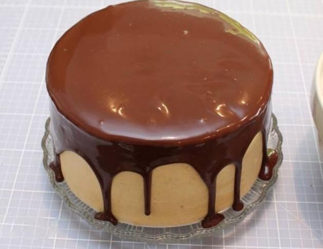1. Этап. Приготовленной глазурью покройте верх торта и оставьте пусть стекают капельки.
