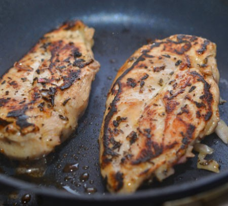 1. Stage. Pre-dip the meat with a paper towel to remove excess fluid. Fry the chicken in a well-heated skillet with vegetable oil. Fry on both sides for several minutes, it is very important not to dry the meat.