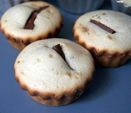 1. Этап. Выпекайте 25 мин. при 190 гр. Готовые бисквиты оставьте на несколько минут в формочках, затем выложите и охладите.