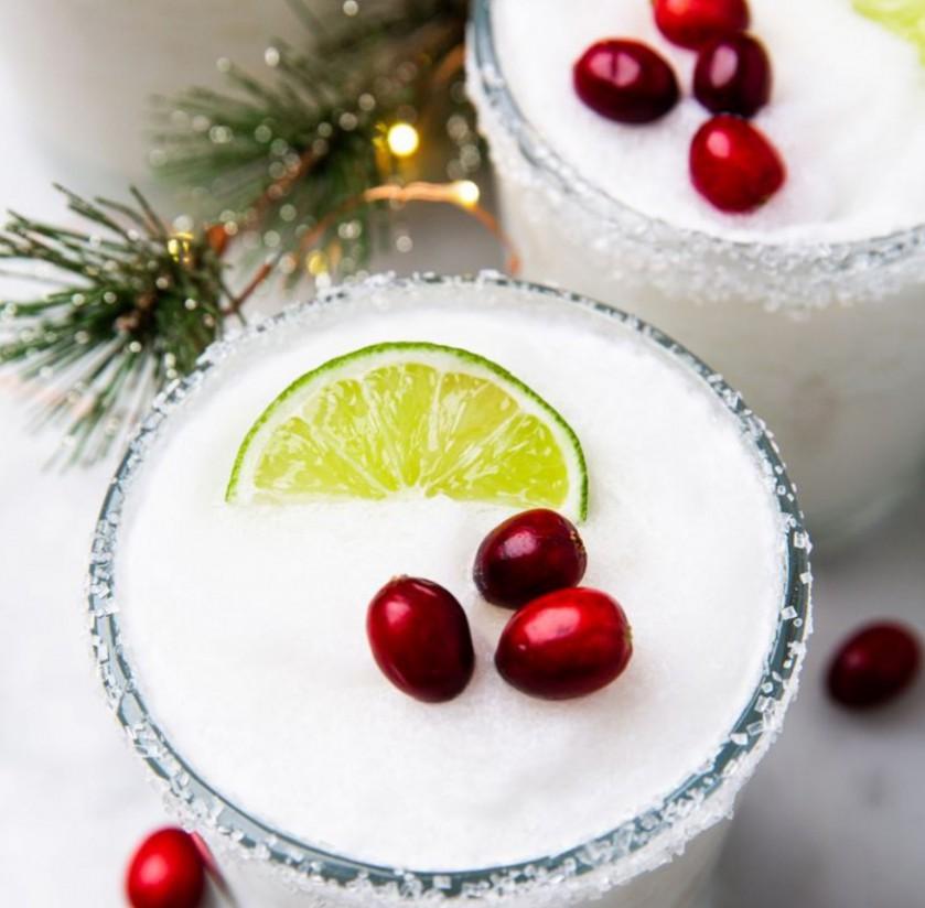 1. Этап. Оправить стаканы долькой лайма и обмакнуть в сахар. Перелить в стакан маргариту и украсить лаймом и клюквой.