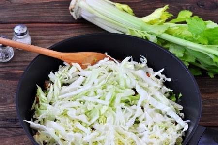 1. Этап. Сельдерей нарежьте, капусту нашинкуйте и добавьте все в сковороду. Готовьте еще 5 минут.