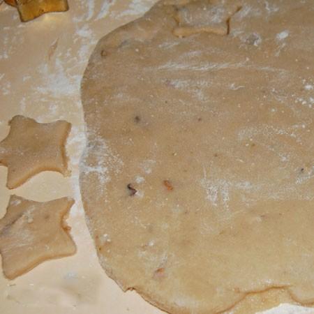 1. Этап. В банановую массу добавьте муку и замесите тесто. Затем раскатайте пластом не слишком тонким и вырежьте печенья любой формы.