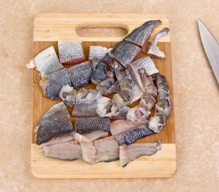 1. Этап. Рыбу нарежьте крупными кусками, креветки так же нарежьте, если мелкие то оставьте целыми.