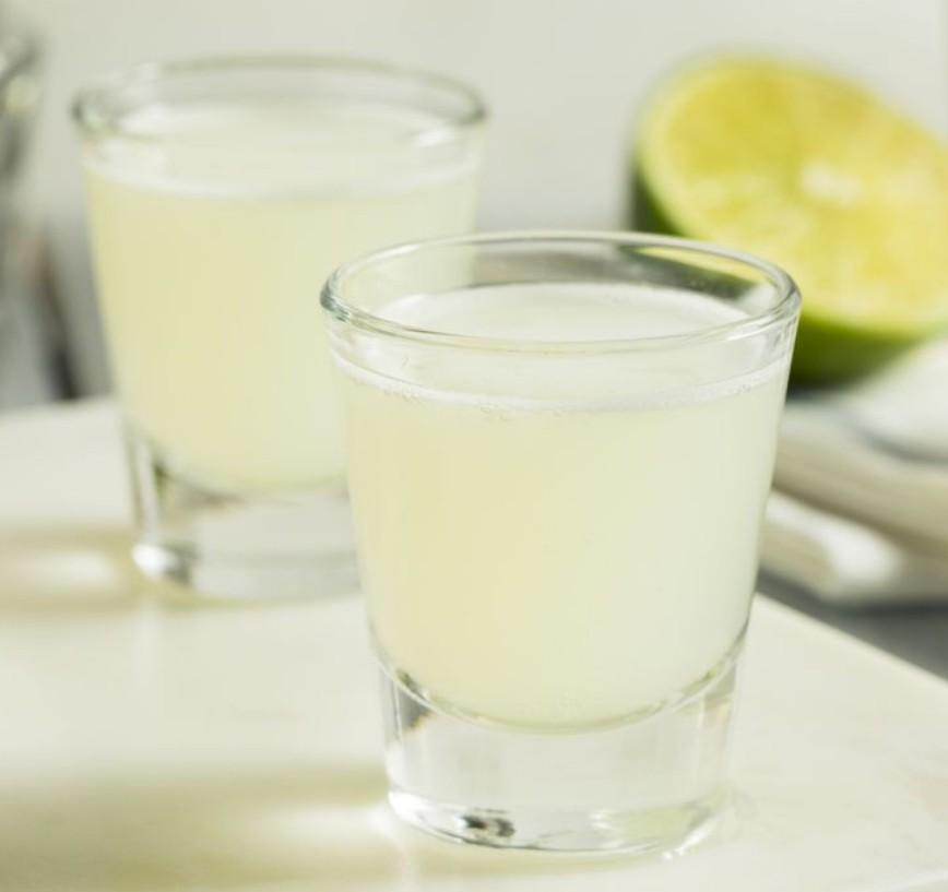 1. Этап. Поместите лед в шейкер. Добавьте сок лайма, подсластитель и водку. Накрыть крышкой и встряхнуть. Подавать в охлажденном бокале или в рюмке.