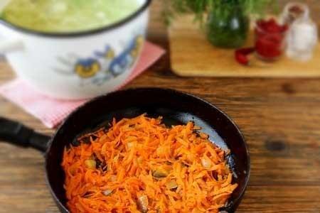 1. Этап. Пока овощи варятся приготовим заправку. Лук нарежьте кубиками, морковь натрите на терке и обжарьте с сахаром на растительном масле до мягкости овощей.