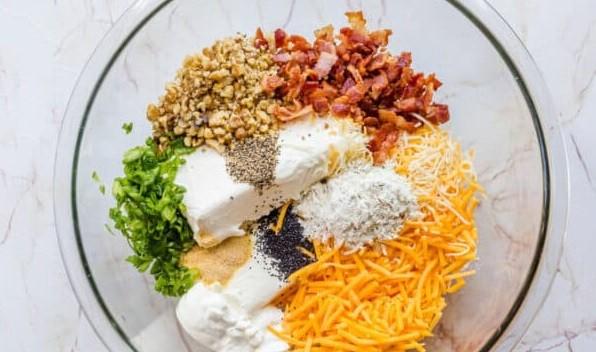 1. Этап. В тарелку добавьте 3/4 бекона, 1/4 стакана сметаны, 450 гр сливочного сыра,  1 стакан сыра чеддер, 3 ст. Ложки зеленого лука, 1/4 стакана грецких орехов, 3 ложки приправы для мяса, 1/2 ч. ложки чесночного порошка, 1/4 ч. ложки перца и 1 ч. ложка мака. Деревянной лопаточкой смешайте все ингредиенты до полного соединения.