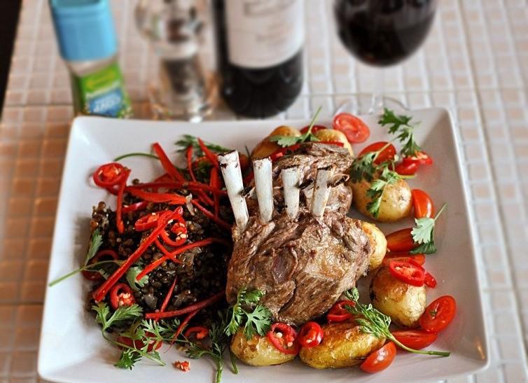1. Этап. На тарелку выложите чечевицу, несколько картофелин и готовое каре, украсьте свежими овощами и подавайте.