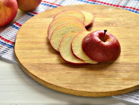 1. Этап. Яблоки тонко нарежьте.  Разогрейте духовку до 100 С. В большой миске перемешайте яблоки с сахаром и корицей.