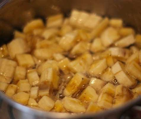 1. Этап. Подготовьте ингредиенты. Растворите сахар в воде на огне. Добавьте нарезанные мелко бананы и варите 30 мин.