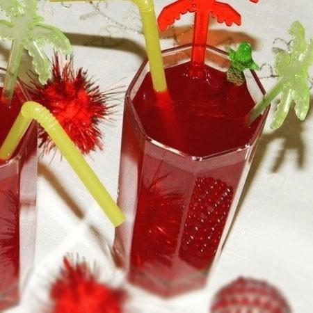 1. Этап. Приготовленный отвар процедите, добавьте в него клюквенный и яблочный сок, а также мед. Все хорошо перемешайте и подавайте.