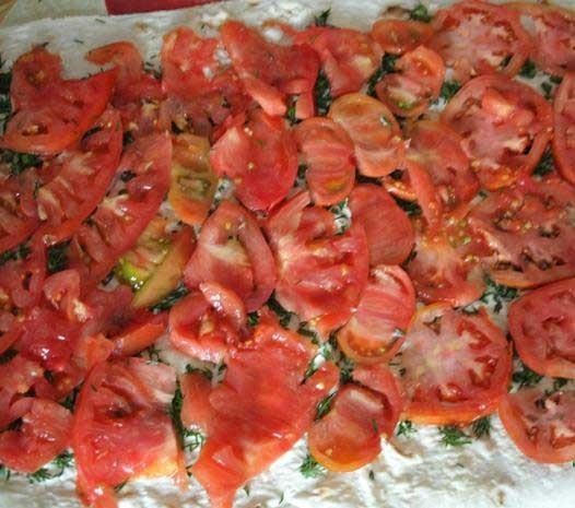 1. Этап. В середину листа лаваша положить кружок помидора . Немного посолить. Сверху на помидор кружок ветчины.