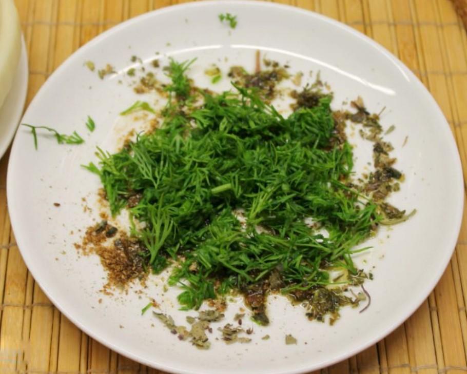 1. Этап. Масло смешайте с прованскими травами и добавьте мелко нарезанный укроп.