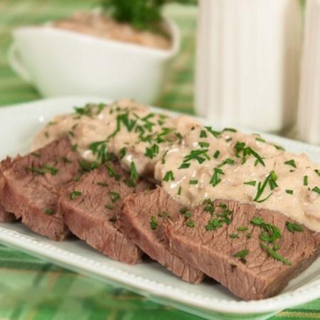 1. Этап. Готовое мясо нарежьте кусочками, полейте соусом, посыпьте мелко рубленной зеленью и подавайте.
