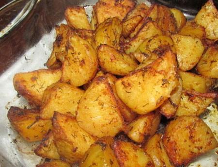 1. Этап. Картофель нарежьте кусочками, так же приправьте по вкусу различными специями и солью, обжарьте на растительном масле или запеките в духовке перед мясом.