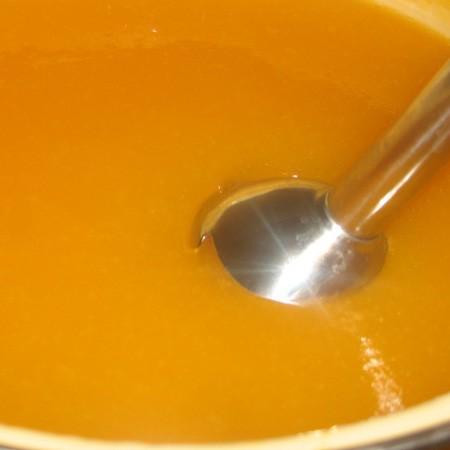 1. Этап. Варите пока тыква не станет очень мягкой, время будет зависеть от сорта тыквы. Дайте немного остыть, затем перебейте все содержимое погружным блендером.