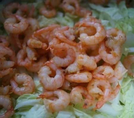 1. Stage. Finely chop the cabbage and add the finished shrimp to it.