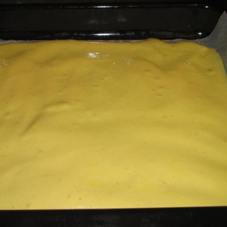 1. Stage. Cover the baking tray with parchment and grease well with butter. Spread the dough evenly and bake at 180 degrees for 10-15 minutes.