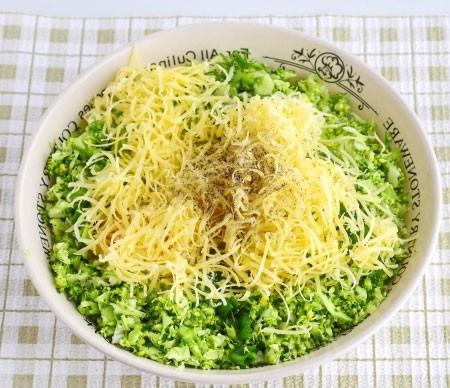 1. Этап. Сыр натрите на терке и добавьте в миску.