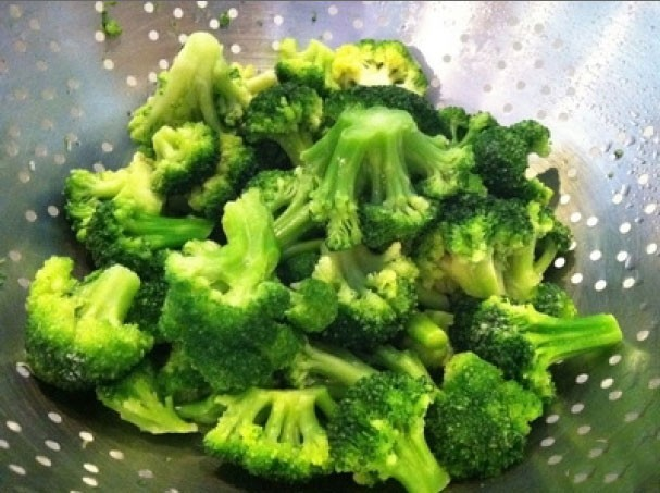 1. Stage. Broccoli divided into inflorescences. Preheat the oven to 200 degrees.