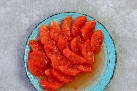1. Этап. Грейпфрут очистите и разделите на дольки при этом уберите все перегородки. Сок который выделится слейте в отдельную миску он понадобиться для заправки.