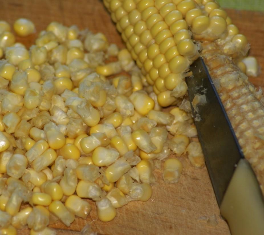 1. Этап. Острым ножом аккуратно срежьте кукурузные зерна с початков. Переложите в кастрюлю среднего размера, залейте водой и хорошо посолите. Доведите до кипения. Накройте крышкой и готовьте, пока кукуруза не станет мягкой, 3-4 минуты. Слейте воду и обсушите.