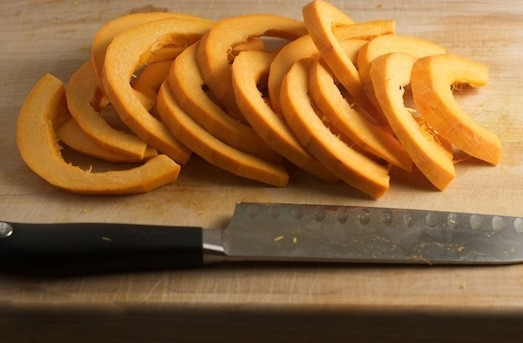 1. Stage. Peel the pumpkin and cut into half rings not too thin.
