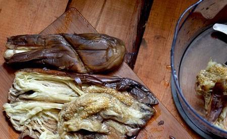 1. Этап. Баклажаны запеките в духовке при 200 градусах 20-30 минут. Затем охладите и снимите кожу.