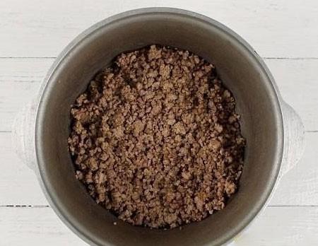 1. Этап. Фарш обжарьте на растительном масле.
