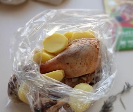 1. Этап. Картофель, мясо и немного маринада из под мяса поместите в рукав для запекания, добавьте розмарин и завяжите плотно рукав.