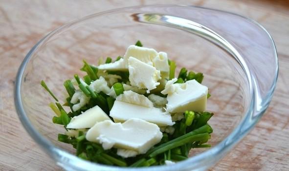 1. Этап. Любую зелень измельчите, добавьте к ней чеснок пропущенный через пресс, мед, мягкое сливочное масло, посолите и поперчите по вкусу, хорошо перемешайте.