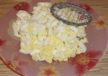 1. Этап. Яйца очистить и накрошить.