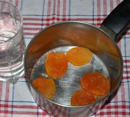 1. Этап. Курагу хорошо промойте, залейте стаканом воды и варите под крышкой на медленном огне около 15 минут.